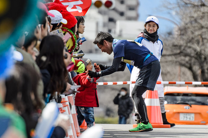 Accepting His Award Winner, Papa Division , Kyoto Marathon 2017 京都マラソン2017、パパ部の1位 -- Kyoto, Japan -- Copyright 2017 Jeffrey Friedl, http://regex.info/blog/