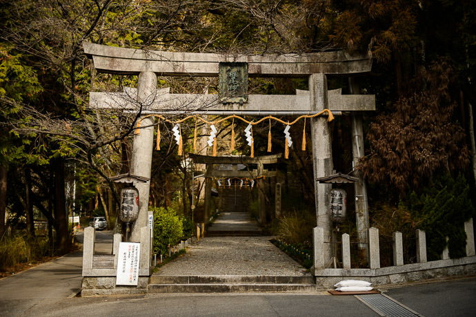 Shiio Shrine 椎尾神社、サントリー山崎蒸溜所の裏 behind the Suntory Yamazaki Whisky Distillery -- Shiio Shrine (椎尾神社) -- Yamazaki, Osaka, Japan -- Copyright 2017 Jeffrey Friedl, http://regex.info/blog/ -- This photo is licensed to the public under the Creative Commons Attribution-NonCommercial 4.0 International License http://creativecommons.org/licenses/by-nc/4.0/ (non-commercial use is freely allowed if proper attribution is given, including a link back to this page on http://regex.info/ when used online)