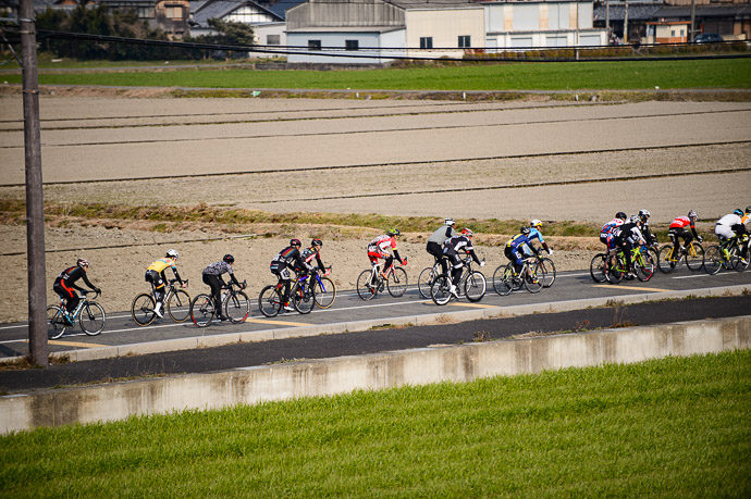 Ionut Smartly in a Group down the front stretch of the second lap -- 第5回守山野洲川クリテリウム -- Moriyama, Shiga, Japan -- Copyright 2017 Jeffrey Friedl, http://regex.info/blog/