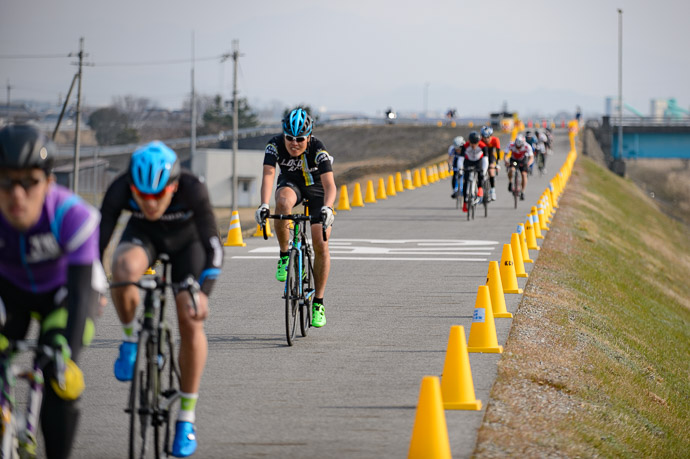 Field Getting Strung Out on only the second lap (but they're still almost all faster than me) -- 第5回守山野洲川クリテリウム -- Moriyama, Shiga, Japan -- Copyright 2017 Jeffrey Friedl, http://regex.info/blog/