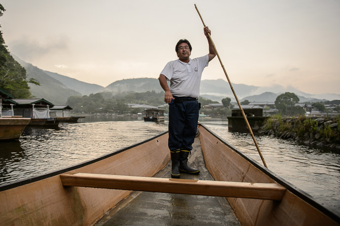 "Our Gondolier for lack of a better name (the real name is sendo , 船頭, "" boatman "" ) -- Arashiyama Station -- Kyoto, Japan -- Copyright 2017 Jeffrey Friedl, http://regex.info/blog/"