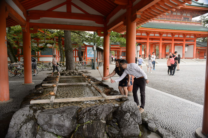 "Proper Form at the end of the "" cleansing "" before entering the shrine -- Heian Shrine (平安神宮) -- Kyoto, Japan -- Copyright 2017 Jeffrey Friedl, http://regex.info/blog/"