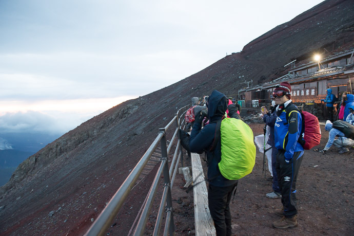 Side View shows the steepness -- Hakuunso on Mt. Fuji (富士山の白雲荘) -- Fujiyoshida, Yamanashi, Japan -- Copyright 2018 Jeffrey Friedl, http://regex.info/blog/