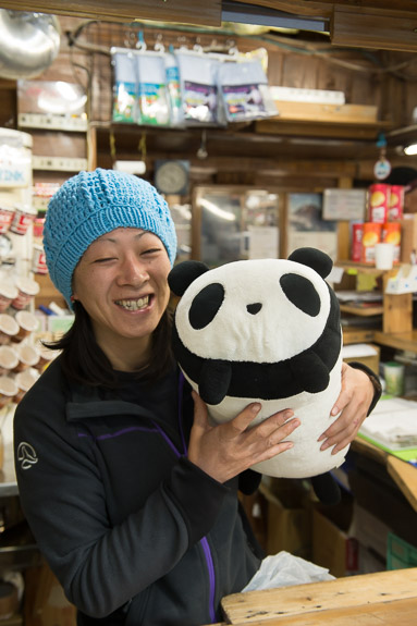 Puffy's New Friend worker at the hut, who lives there full time -- Hakuunso on Mt. Fuji (富士山の白雲荘) -- Fujiyoshida, Yamanashi, Japan -- Copyright 2018 Jeffrey Friedl, http://regex.info/blog/