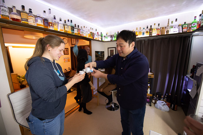 Demonstrating Proper Pouring Technique to Kelley, who happens to be an apprentice master brewer at an unrelated saké brewery -- Kyoto, Japan -- Copyright 2019 Jeffrey Friedl, http://regex.info/blog/