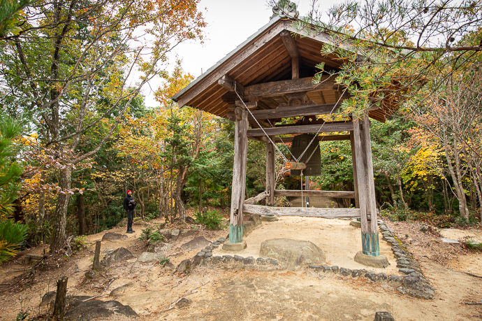 A Slow Start to the 2019 fall-color season at the Kotoku-ji Temple (庚申山広徳寺) in Koka-city, Shiga Prefecture, Japan -- Kotoku-ji Temple (庚申山広徳寺) -- Japan, Shiga, Koka -- Copyright 2019 Jeffrey Friedl, http://regex.info/blog/2019-12-01/2890 -- This photo is licensed to the public under the Creative Commons Attribution-NonCommercial 4.0 International License http://creativecommons.org/licenses/by-nc/4.0/ (non-commercial use is freely allowed if proper attribution is given, including a link back to this page on http://regex.info/ when used online)