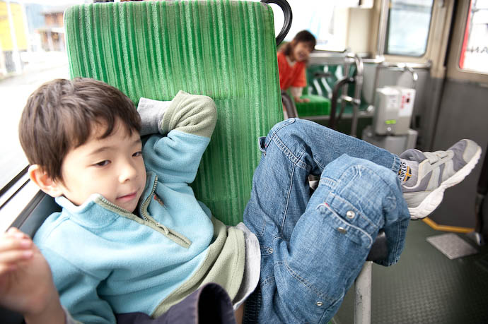 Getting His Relaxation On prior to being admonished by the driver -- Kyoto, Japan -- Copyright 2008 Jeffrey Friedl, http://regex.info/blog/