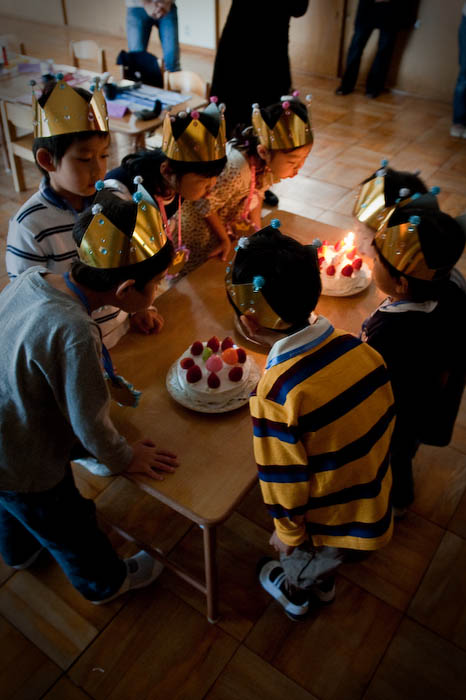 Blowing Out of the Candles  --  Kyoto, Japan  --  Copyright 2008 Jeffrey Friedl, http://regex.info/blog/