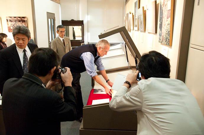 Placing the Bible -- Kyoto, Japan -- Copyright 2008 Jeffrey Friedl, http://regex.info/blog/