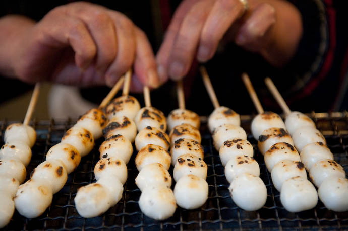 Roasting the Dango  --  Kibune  --  Kyoto, Japan  --  Copyright 2008 Jeffrey Friedl, http://regex.info/blog/