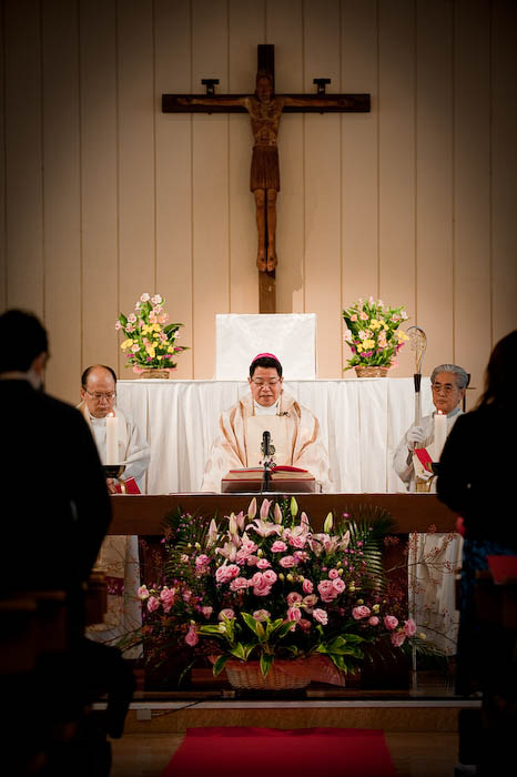 Mass Starts  --  Kyuujou Catholic Church  --  Kyoto, Japan  --  Copyright 2008 Jeffrey Friedl, http://regex.info/blog/