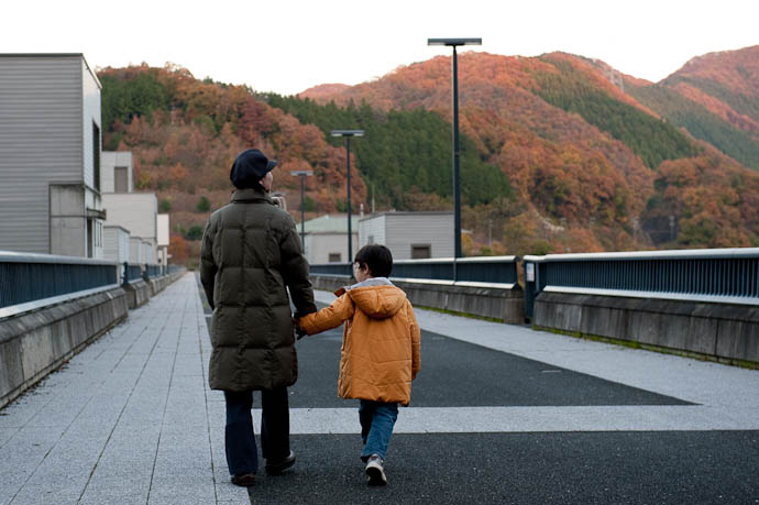 Looking Down the Length of the Dam -- Hiyoshi Dam -- Nantan, Kyoto, Japan -- Copyright 2008 Jeffrey Friedl, http://regex.info/blog/