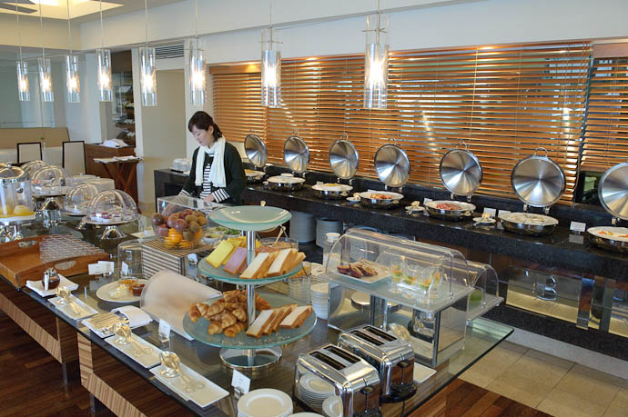 Breakfast Buffet -- Okinawa, Japan -- Copyright 2009 Jeffrey Friedl, http://regex.info/blog/