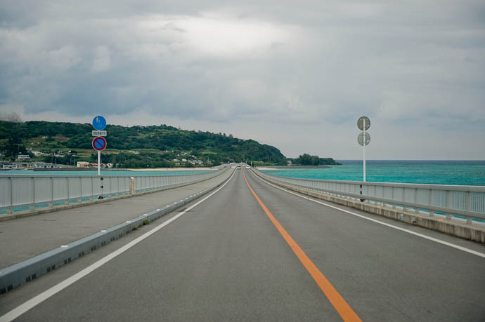 One-Handed Photography At 70kph through the windshield -- Okinawa, Japan -- Copyright 2009 Jeffrey Friedl, http://regex.info/blog/