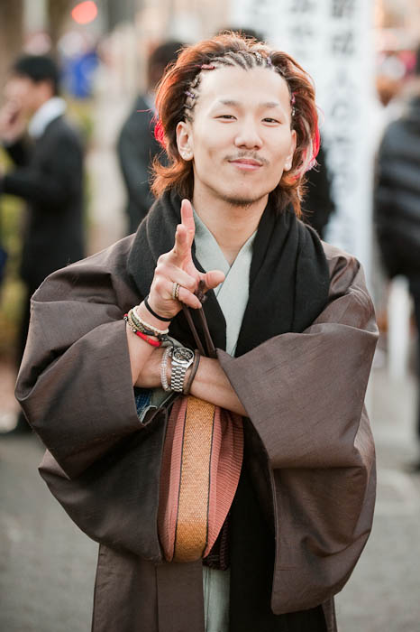 Peace, Dude this guy had an extremely pleasant vibe -- Kyoto, Japan -- Copyright 2009 Jeffrey Friedl, http://regex.info/blog/