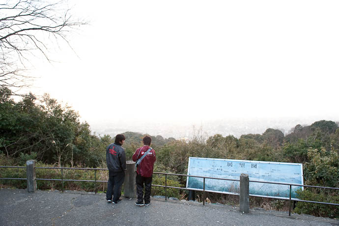 Spot Metering For Lowlights target was the head of the guy at left -- Shogunzuka -- Kyoto, Japan -- Copyright 2009 Jeffrey Friedl, http://regex.info/blog/