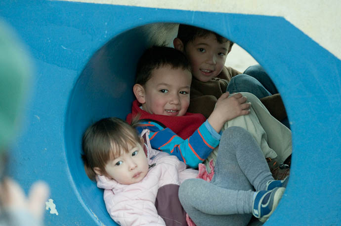Tube Full o' Kids Zak got a great photo from a better vantage; hope he posts it -- Kyoto, Japan -- Copyright 2009 Jeffrey Friedl, http://regex.info/blog/