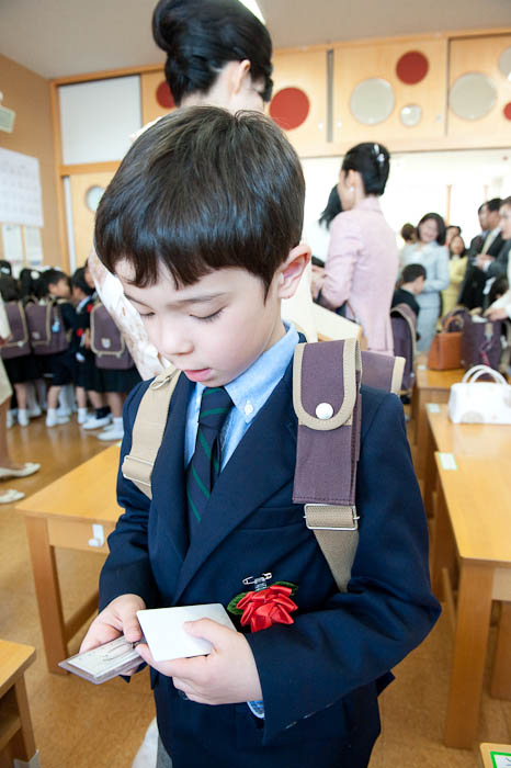 Checking Stuff Out -- Doshisha Elementary School -- Kyoto, Japan -- Copyright 2009 Jeffrey Friedl, http://regex.info/blog/