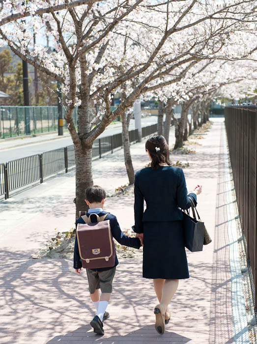 Heading Home not too old to still want to hold Mommy's hand -- Doshisha Elementary School -- Kyoto, Japan -- Copyright 2009 Jeffrey Friedl, http://regex.info/blog/
