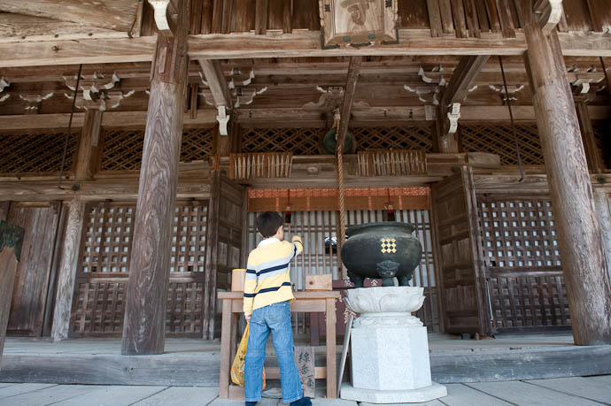 What's in There? -- Konzou Temple -- Kyoto, Japan -- Copyright 2009 Jeffrey Friedl, http://regex.info/blog/