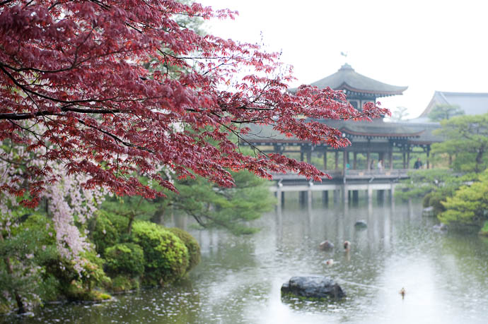 desktop background image of a lake, covered bridge, and foliage in the gardens of the Heian Shrine, Kyoto Japan -- Artsy- Fartsy 3 -- Copyright 2009 Jeffrey Friedl, http://regex.info/blog/