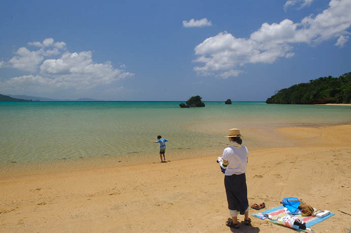 Testing the Waters -- Ishigaki, Okinawa, Japan -- Copyright 2009 Jeffrey Friedl, http://regex.info/blog/