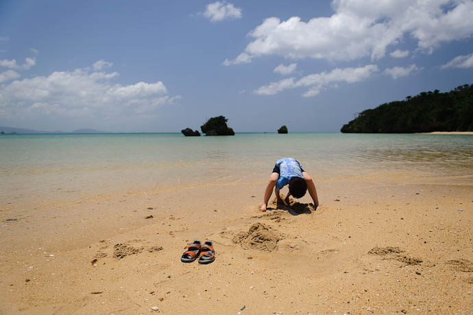 Sand is Meant to be Dug -- Ishigaki, Okinawa, Japan -- Copyright 2009 Jeffrey Friedl, http://regex.info/blog/