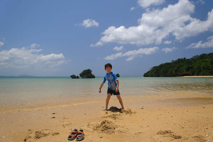 Sand is Meant to be Thrown -- Ishigaki, Okinawa, Japan -- Copyright 2009 Jeffrey Friedl, http://regex.info/blog/
