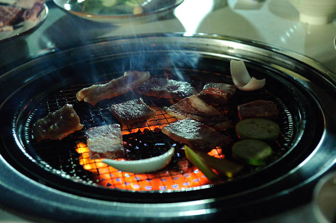 Yakiniku in action -- Ishigaki, Okinawa, Japan -- Copyright 2009 Jeffrey Friedl, http://regex.info/blog/