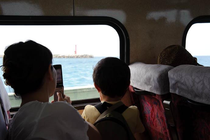 Checking the Sights -- Ishigaki, Okinawa, Japan -- Copyright 2009 Jeffrey Friedl, http://regex.info/blog/