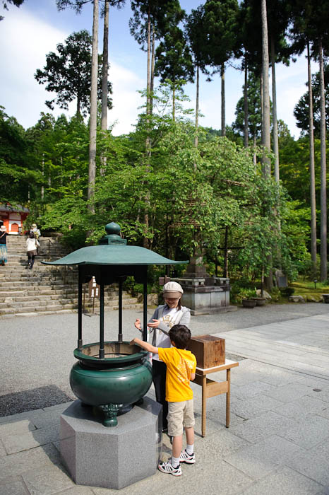 Partaking in the Wish-Filled Smoke -- Sanzen-in Temple -- Kyoto, Japan -- Copyright 2009 Jeffrey Friedl, http://regex.info/blog/