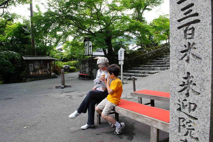 Ice-Cream Break just outside the temple grounds, near a signpost for a different temple -- Sanzen-in Temple -- Kyoto, Japan -- Copyright 2009 Jeffrey Friedl, http://regex.info/blog/