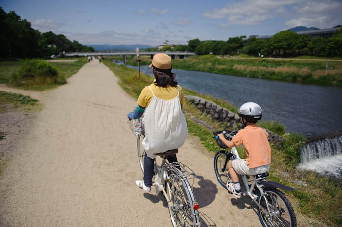 Off for a Bike Ride along the Kamo River, Kyoto Japan -- Copyright 2009 Jeffrey Friedl, http://regex.info/blog/