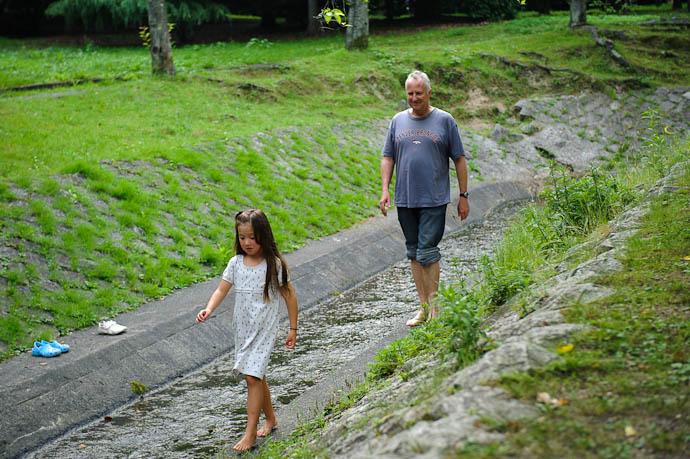 It has a River for Play and Walking Monet and her daddy, Arthur -- Ojigaoka Park -- Otsu, Shiga, Japan -- Copyright 2009 Jeffrey Friedl, http://regex.info/blog/