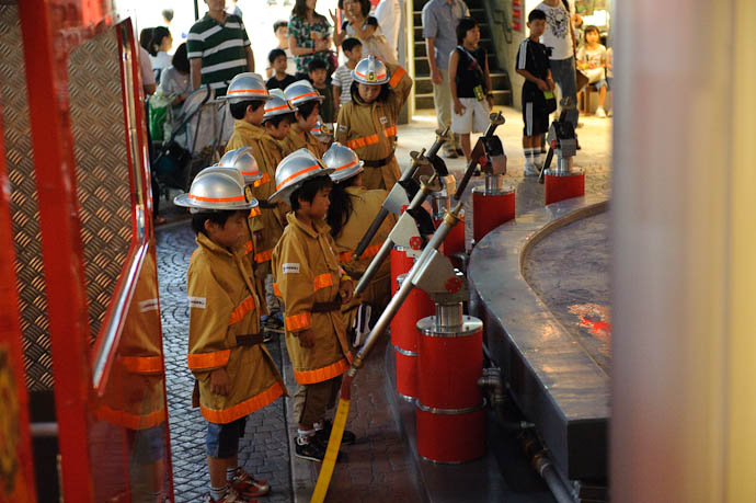 Getting Ready to Tackle the Blaze -- KidZania Koshien -- Kyoto, Japan -- Copyright 2009 Jeffrey Friedl, http://regex.info/blog/