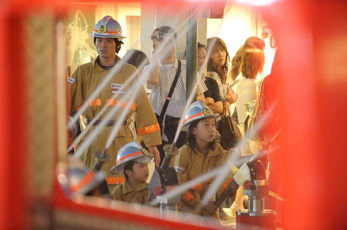 Dousing the Fire -- KidZania Koshien -- Kyoto, Japan -- Copyright 2009 Jeffrey Friedl, http://regex.info/blog/