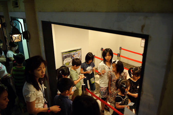 Waiting For a Teller -- KidZania Koshien -- Kyoto, Japan -- Copyright 2009 Jeffrey Friedl, http://regex.info/blog/
