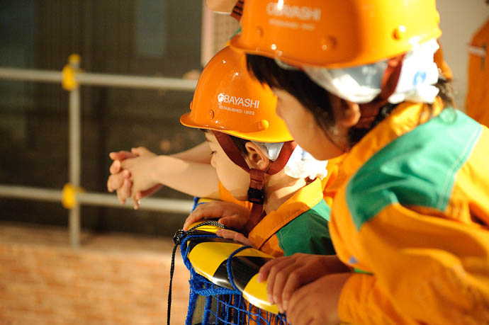 Watching The Cranework -- KidZania Koshien -- Kyoto, Japan -- Copyright 2009 Jeffrey Friedl, http://regex.info/blog/