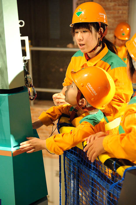 Final Adjustments -- KidZania Koshien -- Kyoto, Japan -- Copyright 2009 Jeffrey Friedl, http://regex.info/blog/