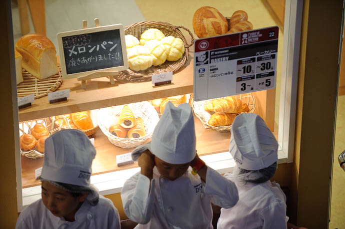 Baking -- KidZania Koshien -- Kyoto, Japan -- Copyright 2009 Jeffrey Friedl, http://regex.info/blog/