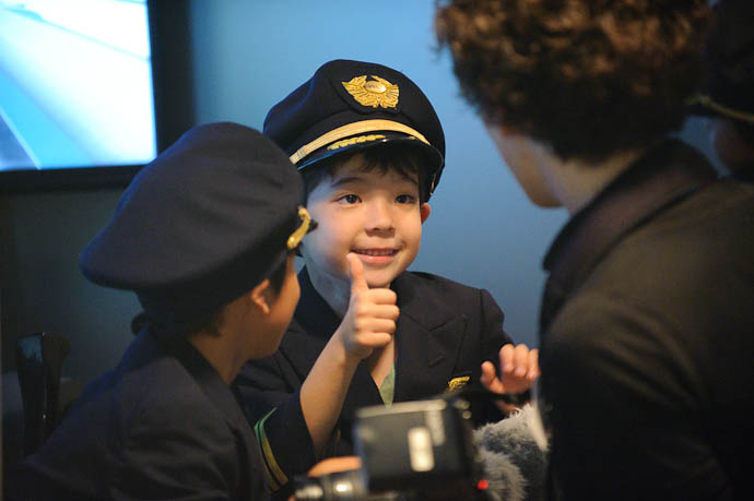 Thumbs Up to the Flight-School Photographer -- KidZania Koshien -- Kyoto, Japan -- Copyright 2009 Jeffrey Friedl, http://regex.info/blog/