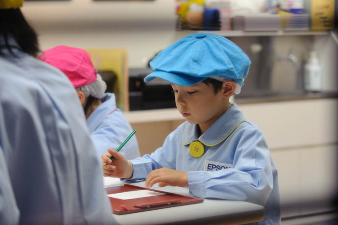 Graphic Designer at Work -- KidZania Koshien -- Kyoto, Japan -- Copyright 2009 Jeffrey Friedl, http://regex.info/blog/