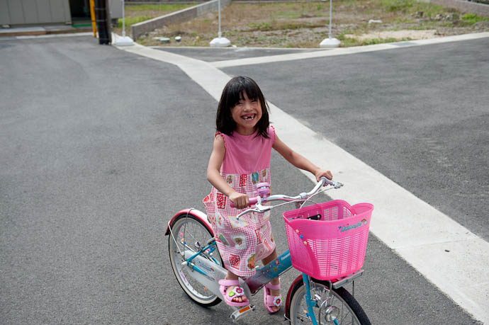 Glow of Excitement upon completing her first bike ride all by herself -- Kyoto, Japan -- Copyright 2009 Jeffrey Friedl, http://regex.info/blog/