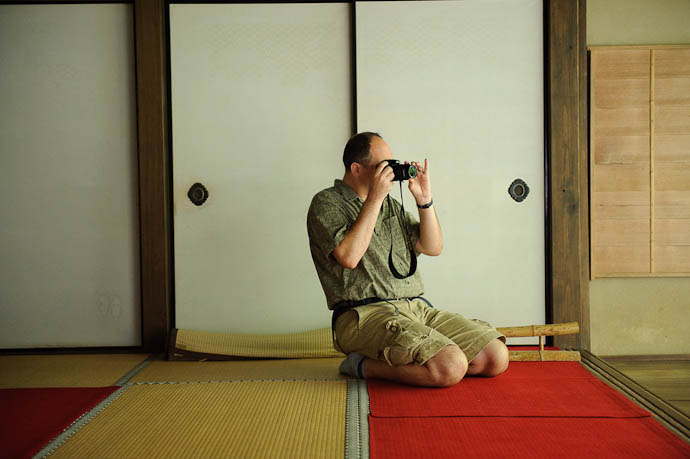 Nils Photographing Seiza Style -- Renge-ji Temple -- Kyoto, Japan -- Copyright 2009 Jeffrey Friedl, http://regex.info/blog/