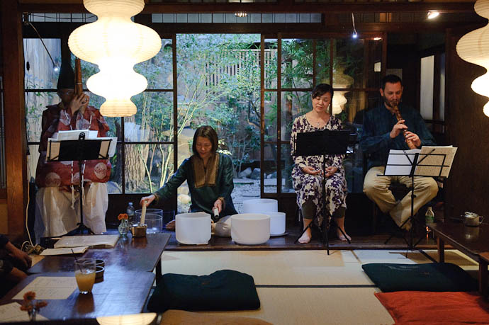Eclectic, Intimate Live Concert Shou · Crystal Bowls · Soprano Voice · Shakuhachi -- Kyoto, Japan -- Copyright 2009 Jeffrey Friedl, http://regex.info/blog/