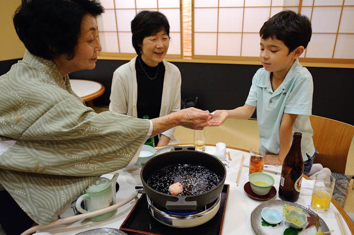 Offering a Taste -- Moritaya Restaurant -- Kyoto, Japan -- Copyright 2009 Jeffrey Friedl, http://regex.info/blog/
