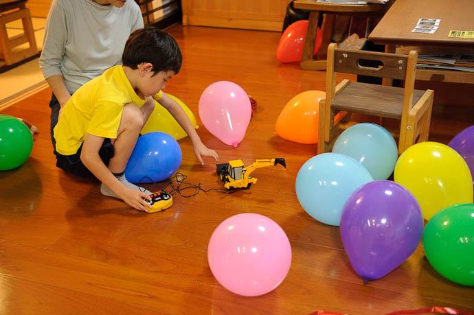 Wrangling the Balloons -- Kyoto, Japan -- Copyright 2009 Jeffrey Friedl, http://regex.info/blog/