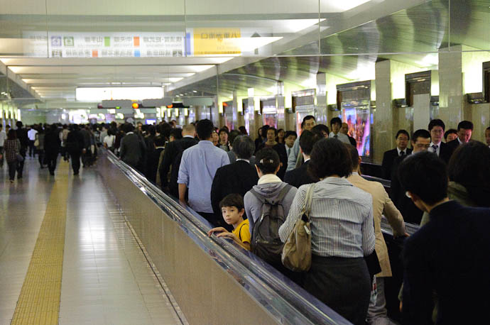 People Mover -- Tokyo Station -- Tokyo, Japan -- Copyright 2009 Jeffrey Friedl, http://regex.info/blog/