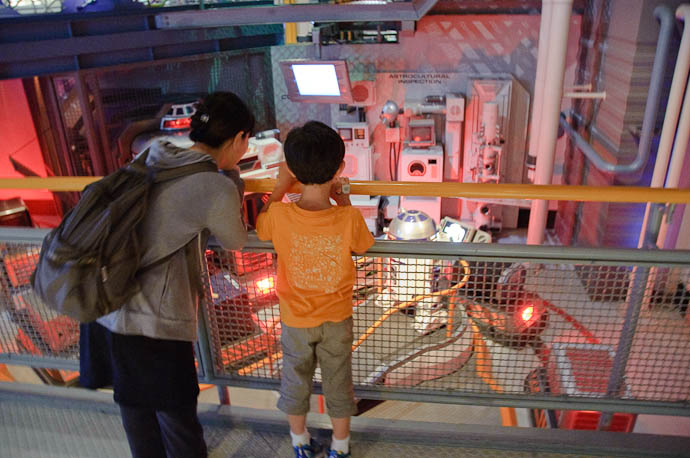 Checking Out R2-D2 on the way to the ride -- Tokyo Disneyland -- Urayasu, Chiba, Japan -- Copyright 2009 Jeffrey Friedl, http://regex.info/blog/