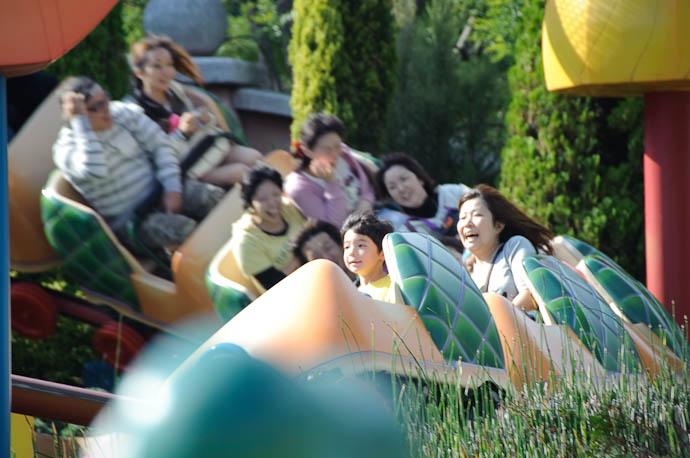 Approaching the Main Hairpin Curve -- Tokyo Disneyland -- Urayasu, Chiba, Japan -- Copyright 2009 Jeffrey Friedl, http://regex.info/blog/